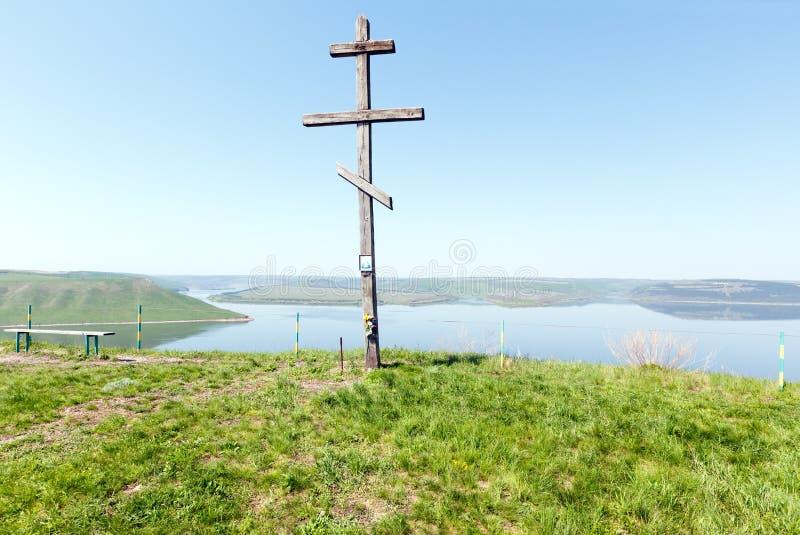 Vue de ressort en bois de croix et de Bakota (Ukraine) images stock