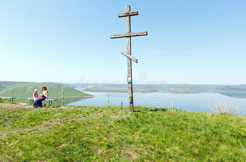Vue de ressort en bois de croix et de Bakota (Ukraine) photos stock