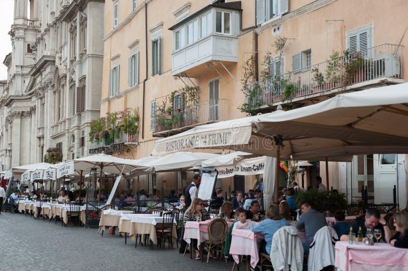 Vue de restaurant dans la rue de Rome avec la vieille architecture historique de bâtiments et art à Rome Italie 2013 image stock