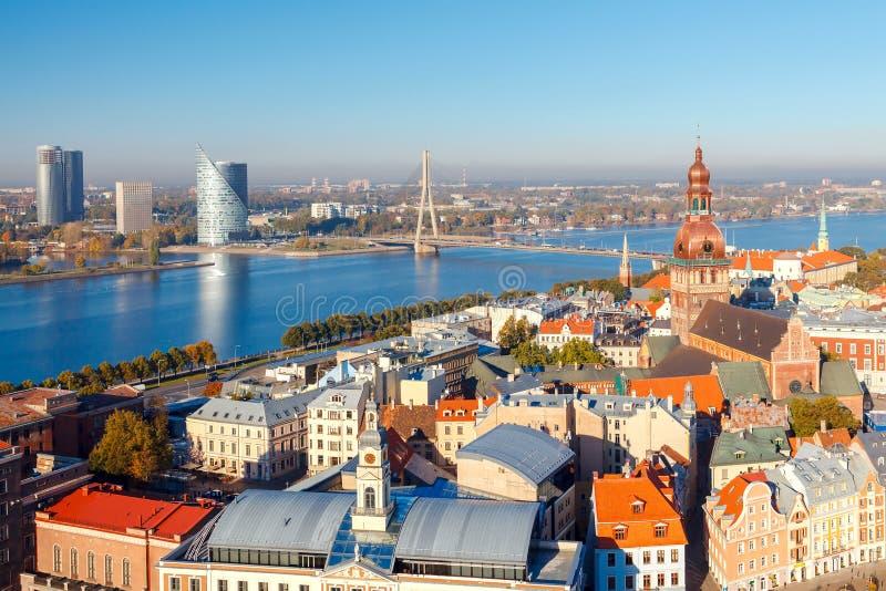 Vue de Riga et de la rivière de dvina occidentale d'en haut image libre de droits
