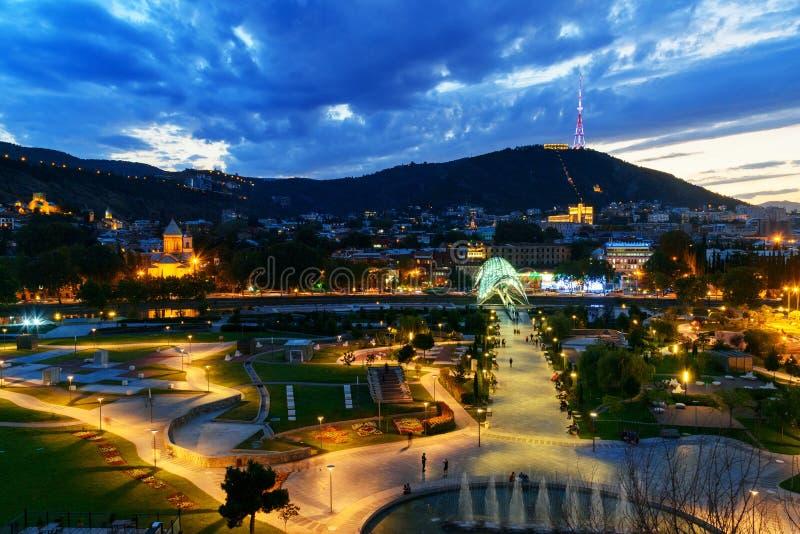 Vue de Rike Park avec le pont de la paix la nuit Tbilisi, la Géorgie image stock