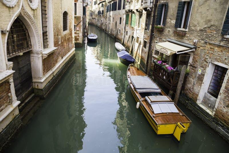 Vue de Rio di San Cassiano Canal avec des bateaux et des façades colorées de vieilles maisons médiévales à Venise image libre de droits