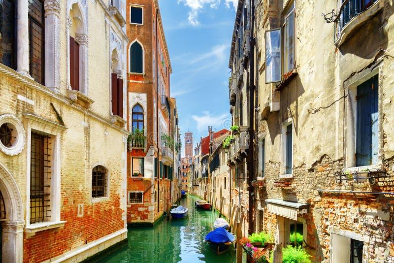 Vue de Rio di San Cassiano Canal avec des bateaux, Venise, Italie images stock