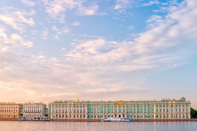 Vue de rive de musée d'état d'ermitage de palais d'hiver, St Peter image stock