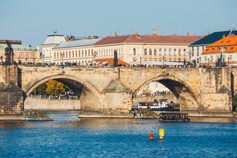 Vue de rivière de Charles Bridge et de Vltava à Prague, République Tchèque photographie stock
