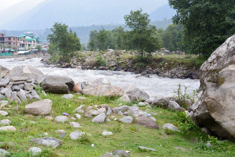 Vue de rivière d'Inde de manali de ville image libre de droits