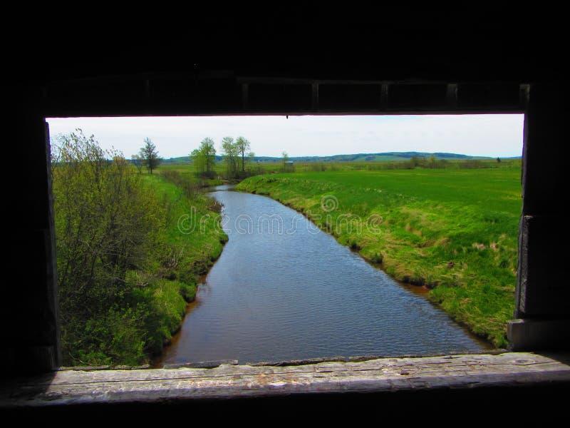 Vue de rivière d'un pont couvert images stock