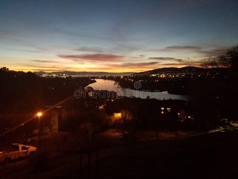 Vue de rivière de ciel nocturne images libres de droits