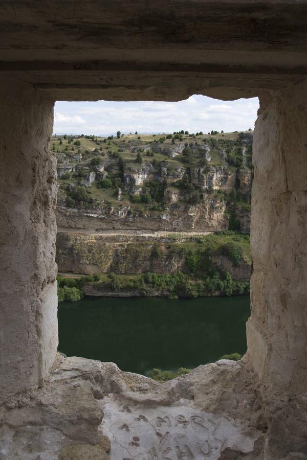 Vue de rivière de Durat?n d'une fenêtre dans les ruines photos stock