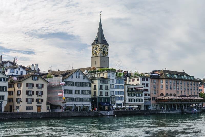 Vue de rivière de Limmat de remblai au centre de la ville historique de Zurich, photographie stock