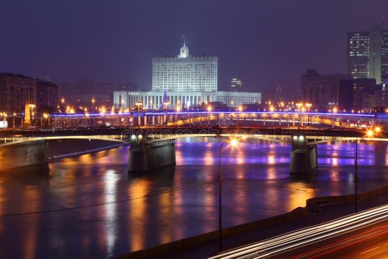 Vue de rivière de Moscou, de passerelle de Borodinsky et de Maison Blanche  photo libre de droits
