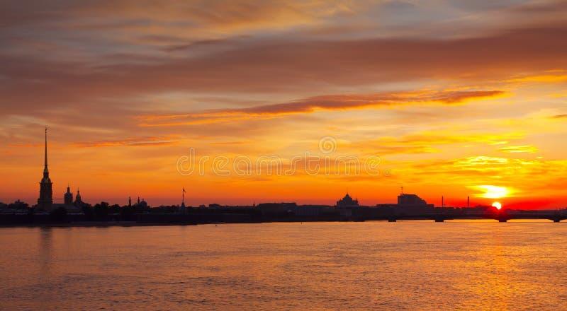 Vue de rivière de Neva dans l'aube image stock