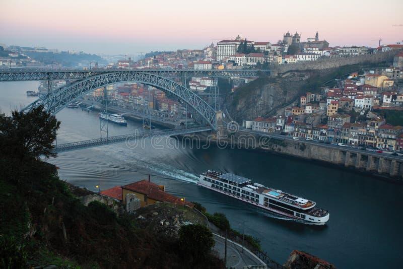 Vue de rivière de Douro et de pont de Dom Luis I avant aube, Porto photographie stock