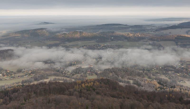 Vue de roche d'Oresnik au-dessus de ville de Hejnice images stock