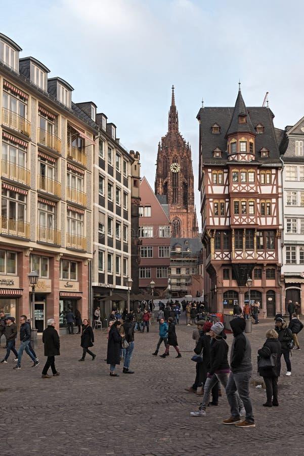 Vue de Roemerberg à la cathédrale St Bartholomew, dans la canalisation de Francfort, l'Allemagne photo stock