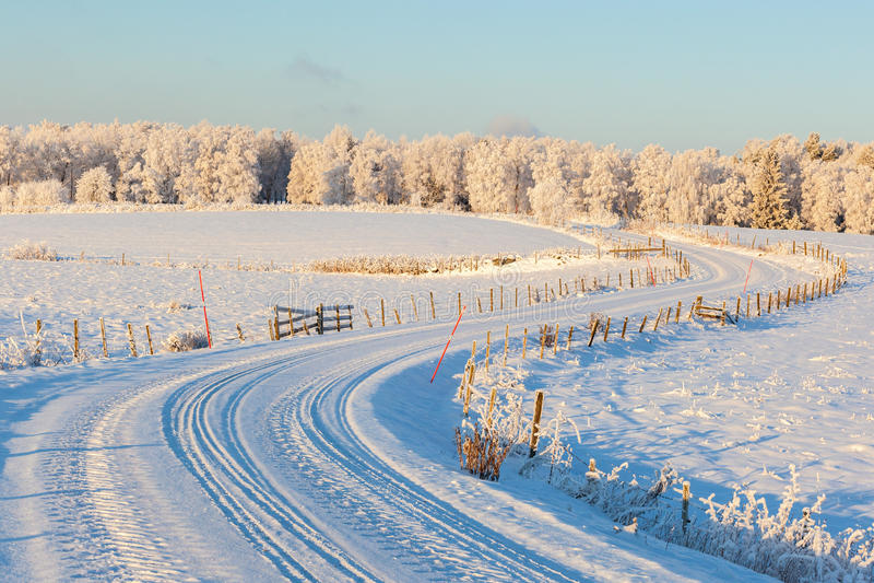 Vue de route de campagne d'hiver image stock