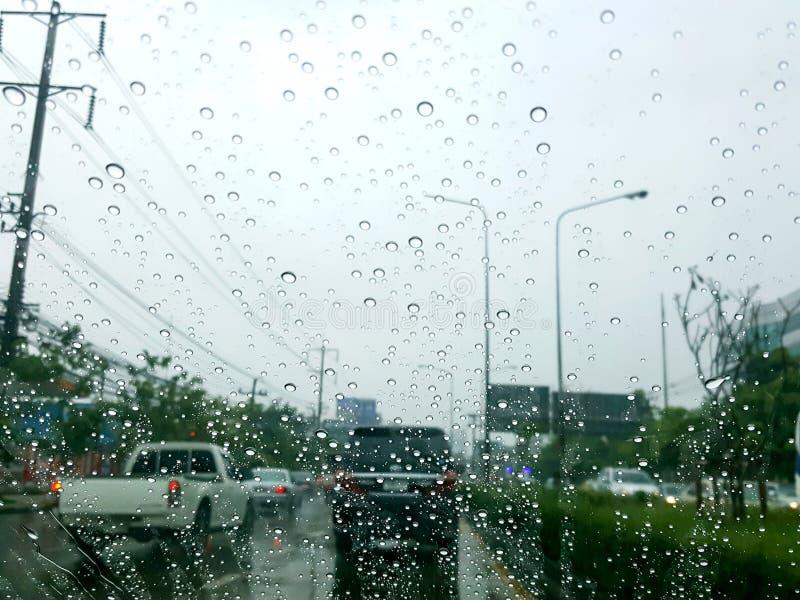 Vue de route par la fenêtre de voiture avec des gouttes de pluie photographie stock