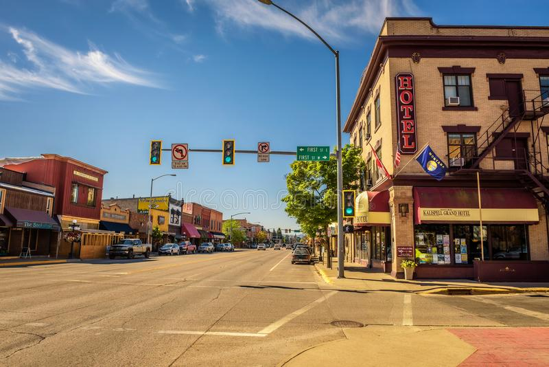 Vue de rue avec des magasins et des hôtels dans Kalispell, Montana photographie stock
