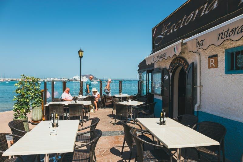 Vue de rue de Corralejo avec des barres et des restaurants dans le port photos libres de droits