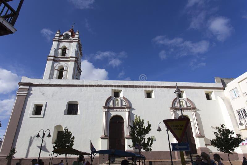 Vue de rue d'église dans Holguin, Cuba images stock