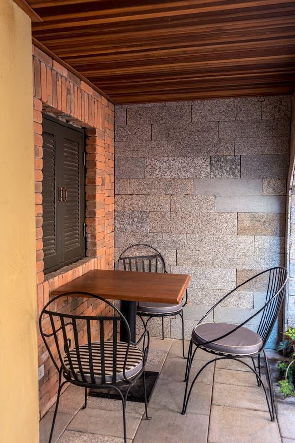 Vue de rue d'une terrasse de café avec la table et la chaise de vintage images stock