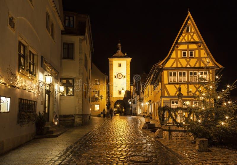 Vue de rue de der Tauber d'ob de Rothenburg à la soirée images libres de droits