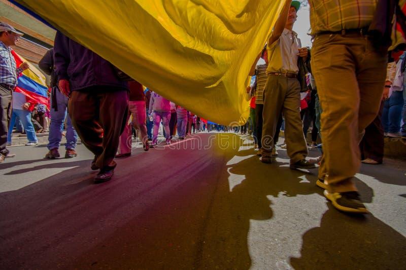 Vue de rue de dessous le drapeau géant d'ecuadorian image libre de droits