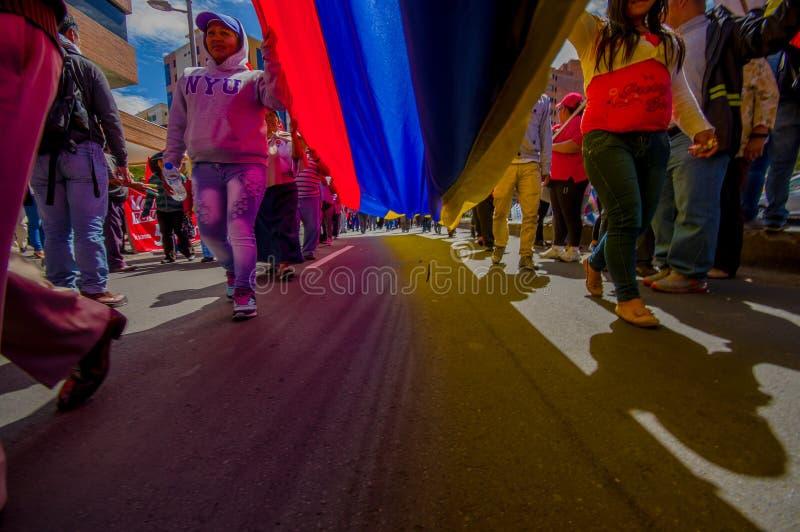 Vue de rue de dessous le drapeau géant d'ecuadorian image stock