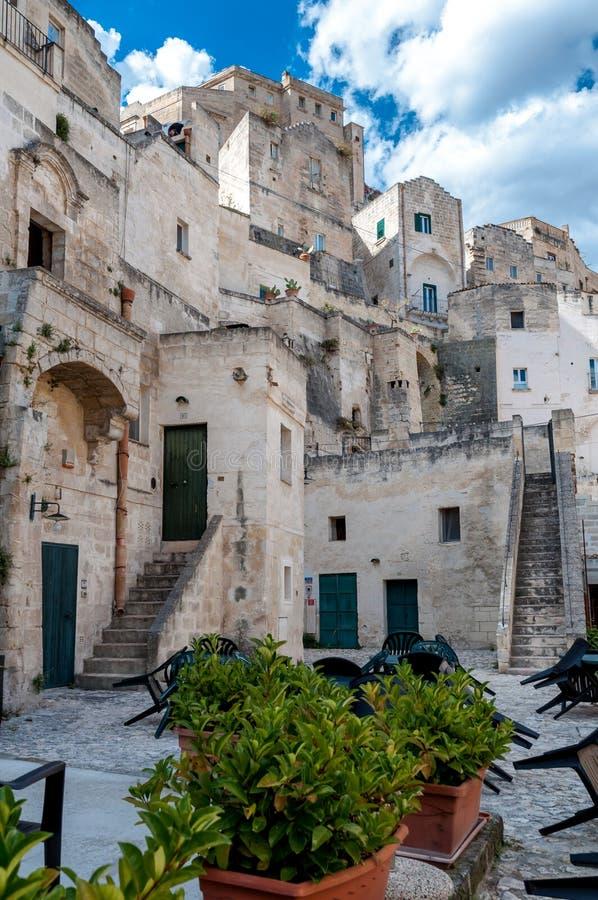 Vue de rue des bâtiments dans la ville antique Sassi di Matera de Matera image libre de droits