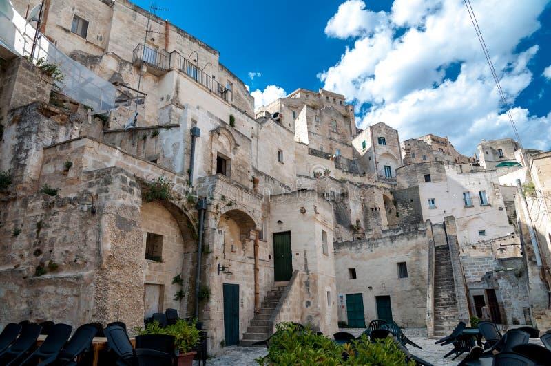 Vue de rue des bâtiments dans la ville antique Sassi di Matera de Matera photos stock