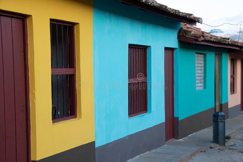 Vue de rue des maisons colorées dans la vieille ville du Trinidad, Cuba photographie stock libre de droits