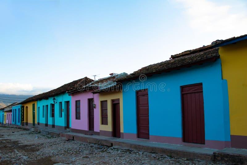 Vue de rue des maisons color?es dans la vieille ville du Trinidad, Cuba photos stock