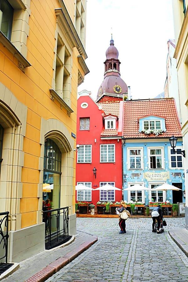 Vue de rue de Kramu aux vieux bâtiments avec un du restaurant le plus ancien 1221 sur la rue de Jauniela et la cathédrale de Riga photo stock