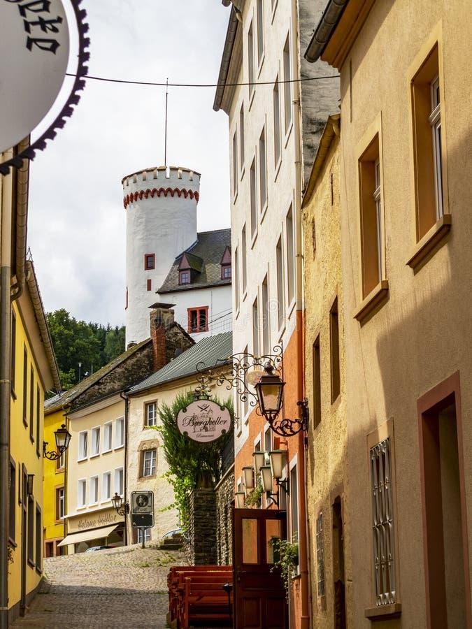 Vue de rue de Neuerburg avec le bâtiment de la maison de clergé à l'extrémité images libres de droits