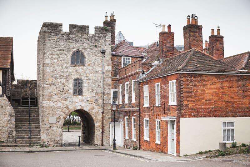 Vue de rue de Southampton avec la vieille tour photos stock