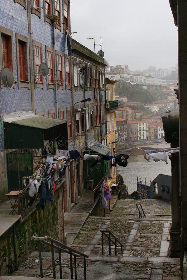 Vue de rue de vieux bâtiments avec la rivière de Douro comme fond photo libre de droits