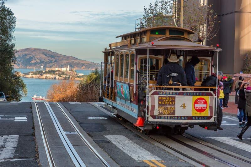 Vue de rue de ville avec une île de tram de rail et de prison d'Alcatraz images libres de droits