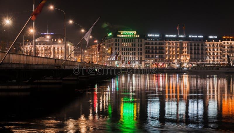 Vue de rue de ville de Genève la nuit image stock