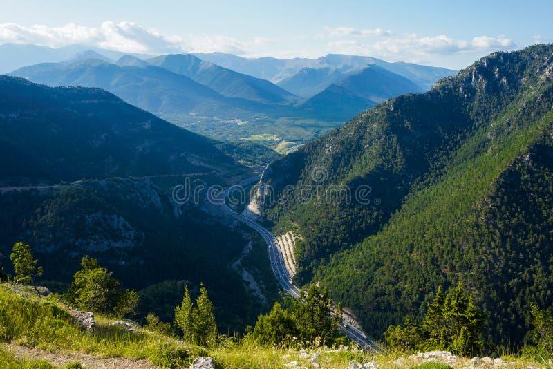 Vue de s-oeil de ` d'oiseau de forêt, de village et de route image stock