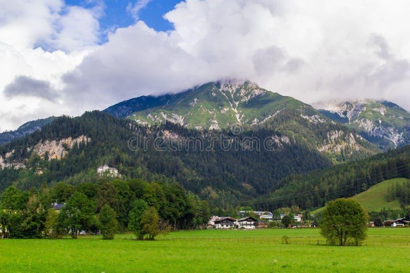 Vue de Saalfelden en Autriche dans la direction de Berchtesgaden image stock