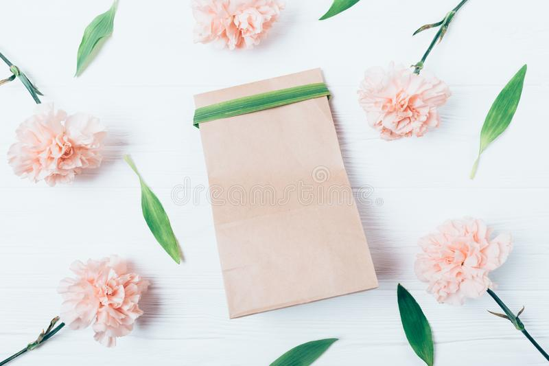 Vue de sac ci-dessus de cadeau de papier brun d'eco photographie stock libre de droits