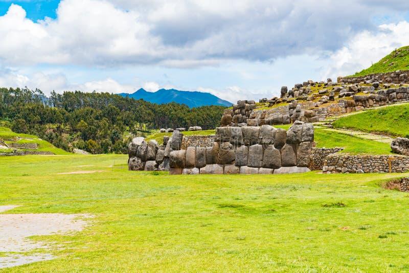 Vue de Sacsahuaman avec une pièce du mur en pierre image stock