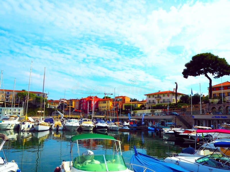 Vue de Saint-Jean-chapeau-Ferrat luxueux de Cap Ferrat de station de vacances et de cap, Beaulieu-sur-Mer Port et yachts sur le r image stock