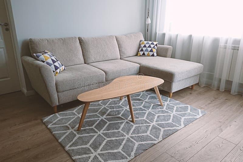Vue de salon confortable et léger avec le divan beige confortable photo libre de droits