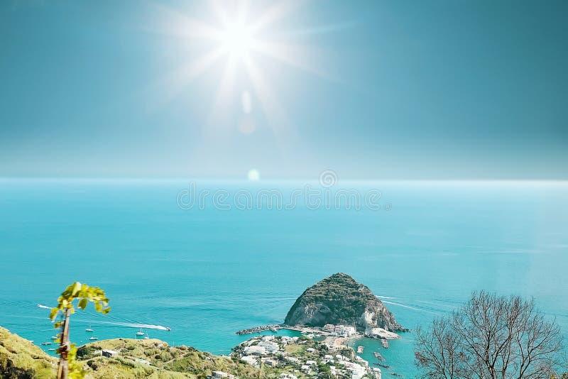 Vue de Sant Angelo, île Italie d'ischions images stock