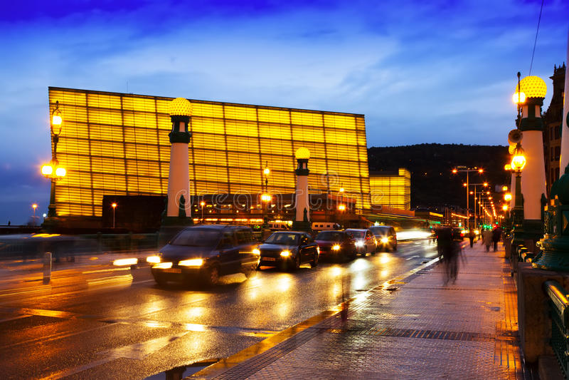 Vue de Sant SebastiAn Centre de congrès de Kursaal dans la soirée images libres de droits