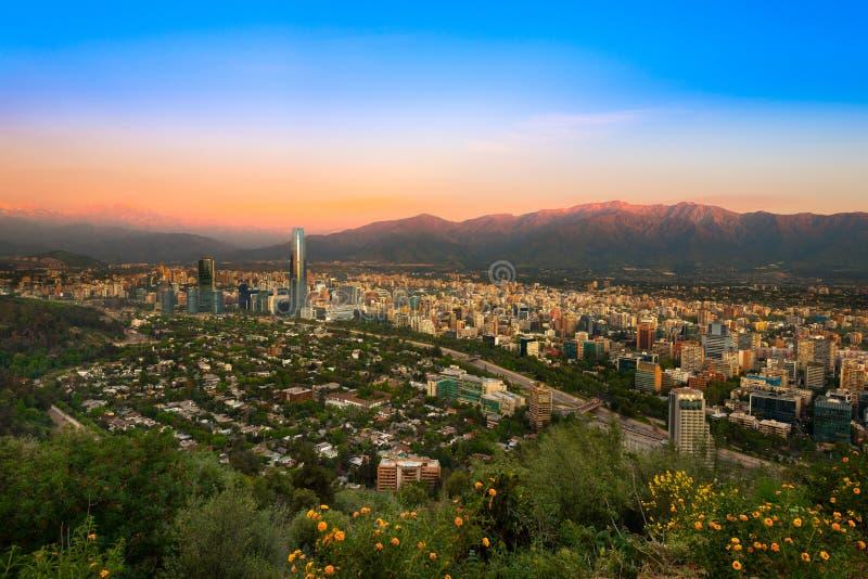 Vue de Santiago de Chile avec la gamme de montagne de visibilité directe les Andes photos libres de droits