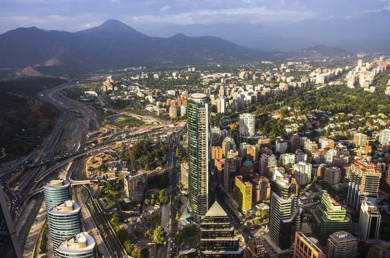 Vue de Santiago de Chile avec la gamme de montagne de visibilité directe les Andes dans le dos images stock