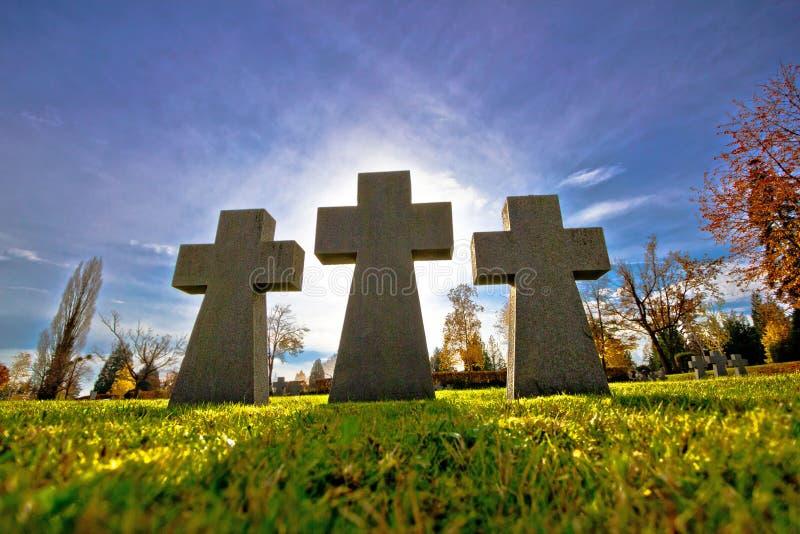 Vue de silhouette de croix du cimetière trois photo stock