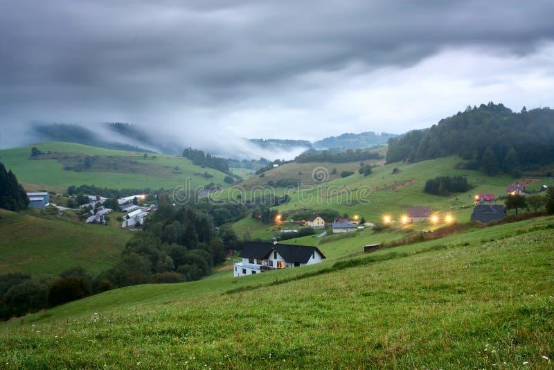 Vue de soirée au village Pucov, secteur Dolny Kubin, Slovaquie, été 2016 photos stock